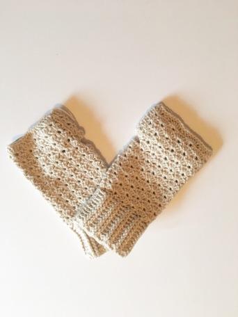 Free Fingerless Glove pattern a simple and elegant DIY crochet fingerless glove tutorial.