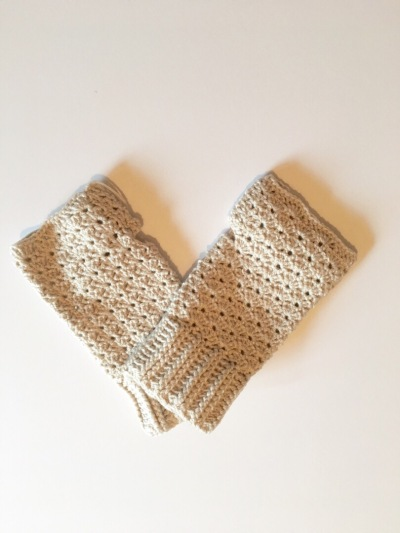 Free Fingerless Glove pattern a simple and elegant DIY crochet fingerless glove tutorial.